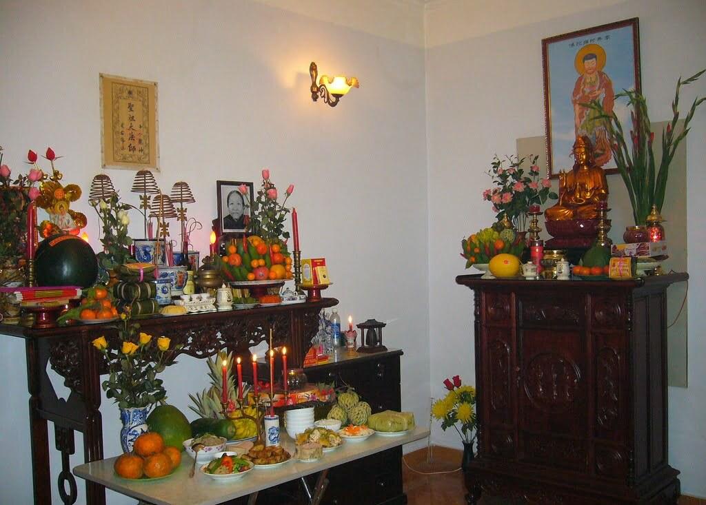 Đặt bàn thờ Phật và gia tiên để rước tài lộc